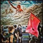 """""""Lo imposible"""", al paso de una manifestación durante el pasado festival de San Sebastián."""
