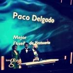"""Otra perspectiva del momento en que Paco Delgado agradece el Goya al Mejor Diseño de Vestuario por """"Blancanieves""""."""