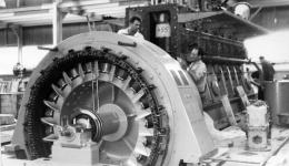 Montaje en 1966 de los primeros grupos de producción en la central de Los Guinchos.