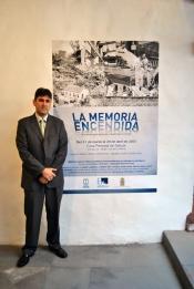 José Antonio Melián, jefe de la central de Los Guinchos, junto al cartel de la exposición.