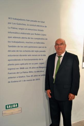 Ruben Lopez posa junto al texto que incluye una referencia a su persona.