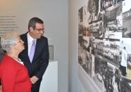 El alcalde de la ciudad y la consejera de Cultura observan una de las piezas de la exposición.