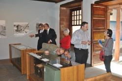 Presentando la exposición a las autoridades palmeras.