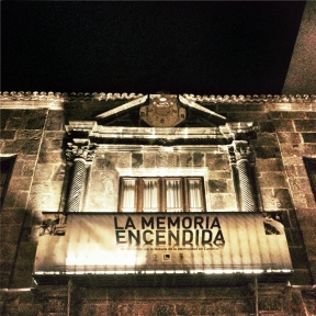 Imagen nocturna de la fachada de la Casa Salazar.