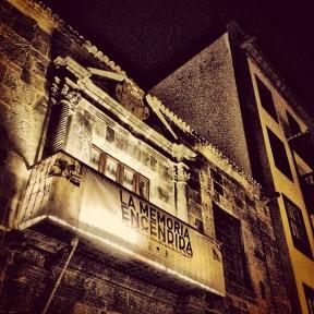 Imagen nocturna de la fachada de la Casa Salazar, en la calle Real de Santa Cruz de La Palma.