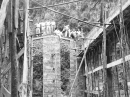 Trabajadores durante la construcción de la central hidroeléctrica de El Mulato en 1953.