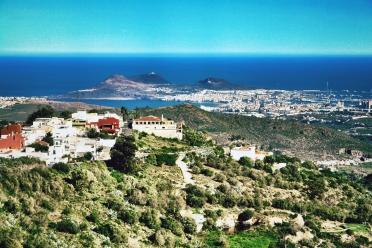 En primer término, La Milagrosa; al fondo, Las Palmas de Gran Canaria.
