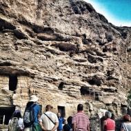 Explicaciones previas a la entrada en las cuevas. LUIS ROCA ARENCIBIA