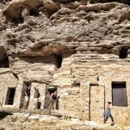 Exterior del complejo arqueológico. Sobre el grupo de tres personas la oquedad de la cueva 6 por donde entra la luz que produce el efecto. LUIS ROCA ARENCIBIA