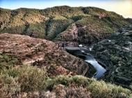 Detalla de la presa de Los Pérez con el sol empezando a salir. LUIS ROCA ARENCIBIA