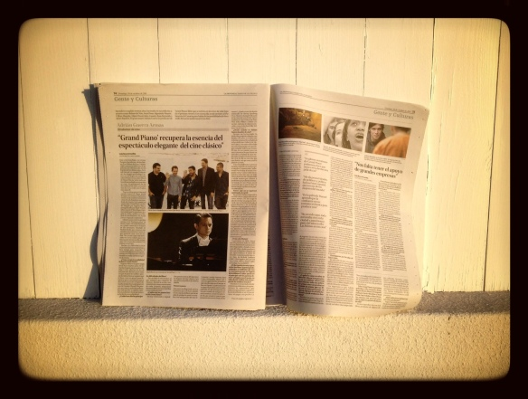 El periódico recién comprado hoy al amanecer en una azotea de Las Palmas de Gran Canaria. LUIS ROCA ARENCIBIA