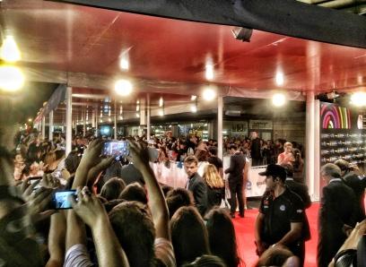 """Así fue el momento alfombra roja hace unas horas con una multitud de adolescentes y curiosos esperando al equipo de """"Las brujas de Zugarramurdi"""", de Álex de la Iglesia. LUIS ROCA ARENCIBIA"""