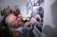 Los trabajadores se buscan en las fotos de la exposición / ACFIPRESS