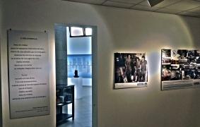 Vista de la exposición, con el poema de Pedro García Cabrera en primer término / LUIS ROCA ARENCIBIA
