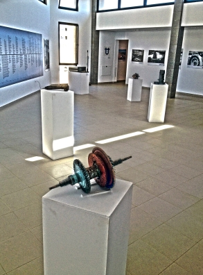 Otra perspectiva de una de las salas de la exposición, con una de las piezas de un grupo antiguo de la central de Las Salinas en primer término / LUIS ROCA ARENCIBIA