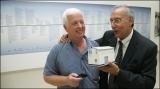 El directivo Ramón Rodríguez recibe de Asterio Pérez la maqueta con la primera edificación de la central de Las Salinas / ACFIPRESS