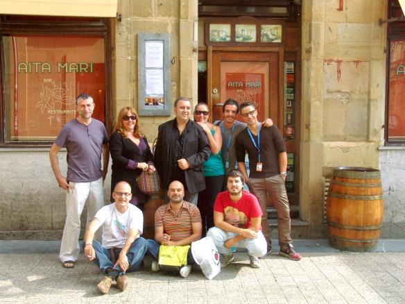 Grupo de amigos tras almuerzo en Aita Mari, con Dunia apoyada en el hombro de Félix.