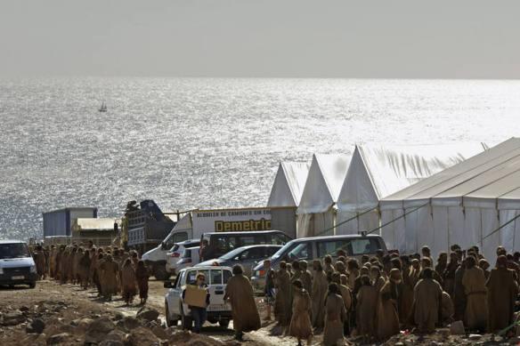 La foto de Carlos de Saa para la agencia EFE publicada por La Provincia muestra riadas de figurantes acudiendo al rodaje en Jandía (sur de Fuerteventura).
