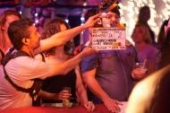 Brays Efe detrás de la claquetas durante el rodaje en Holiday World.
