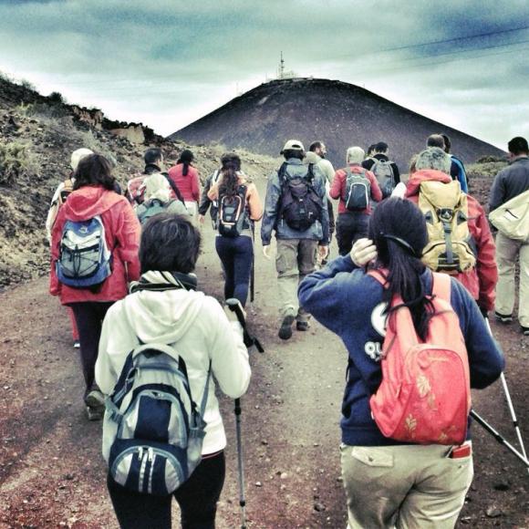 A la caminata hay que venir provisto de botas de montaña, gorra y crema protectora. Caminamos hacia la montaña del Faro, la más alta de las tres. / LUIS ROCA ARENCIBIA