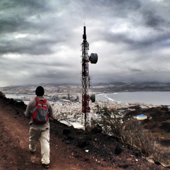 Identificamos la montaña del Vigía por la antena de comunicaciones rojiblanca que se hunde en su morrillo como clavada por un banderillero. / LUIS ROCA ARENCIBIA
