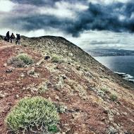 En lo más alto de la cresta sorprenden la forma alargada de la cima y el vertiginoso escarpe que la secciona en dirección norte. / LUIS ROCA ARENCIBIA