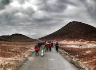 Camino de la montaña del Faro, el color predominante de la tierra torna de negro a rojizo. / LUIS ROCA ARENCIBIA
