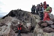 Podemos palpar muestras de estas piedras grises afiladas de hasta veinte centímetros de largo y dos kilos de peso. Las hay esparcidas por el suelo. / LUIS ROCA ARENCIBIA