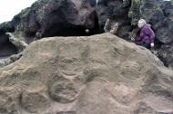 En el suelo una enorme roca muestra las trazas de las piedras extraídas a base de golpearla a mano con picos de basalto. / LUIS ROCA ARENCIBIA