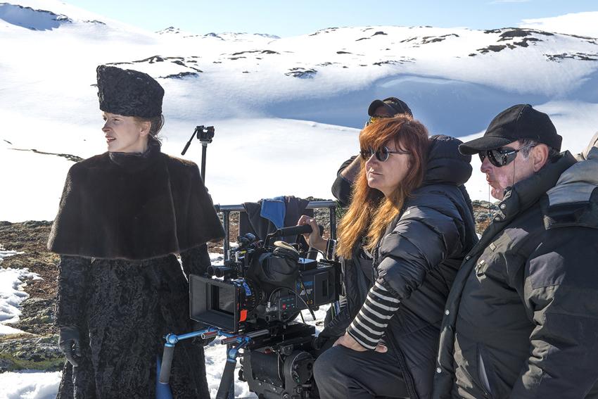 Juliette Binoche (i) e Isabel Coixet, durante el rodaje de la película en Finse (Noruega). / Foto: LEANDRO BETANCOR