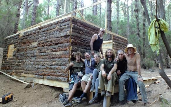 """Gustavo Benítez (2i) con otros técnicos delante de la cabaña construída para """"El clan"""" (Jaime Falero, 2011)"""