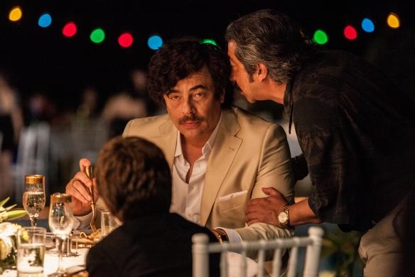 Benicio del Toro clava al narco Escobar con solo tres apariciones, aunque el filme se distancia después de él para centrarse en el personaje de Nick.
