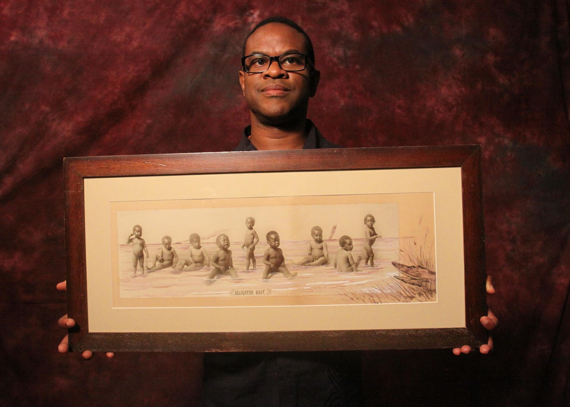 """Thomas Allen Harris sostiene una de las fotografías que muestra en """"Through a Lens Darkly: Black Photographers and the Emergence of a People"""""""