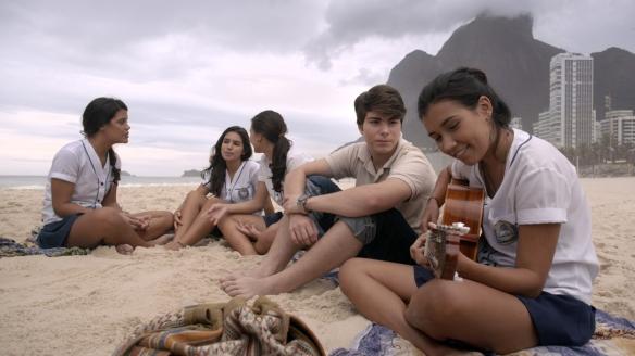 """El muy sólido guión de """"Casa Grande"""" transcurre en Rio de Janeiro. Especialmente se agradece la descripción del ambiente en esa casona a punto de ponerse en venta donde convive la familia propietaria con el menguante servicio."""