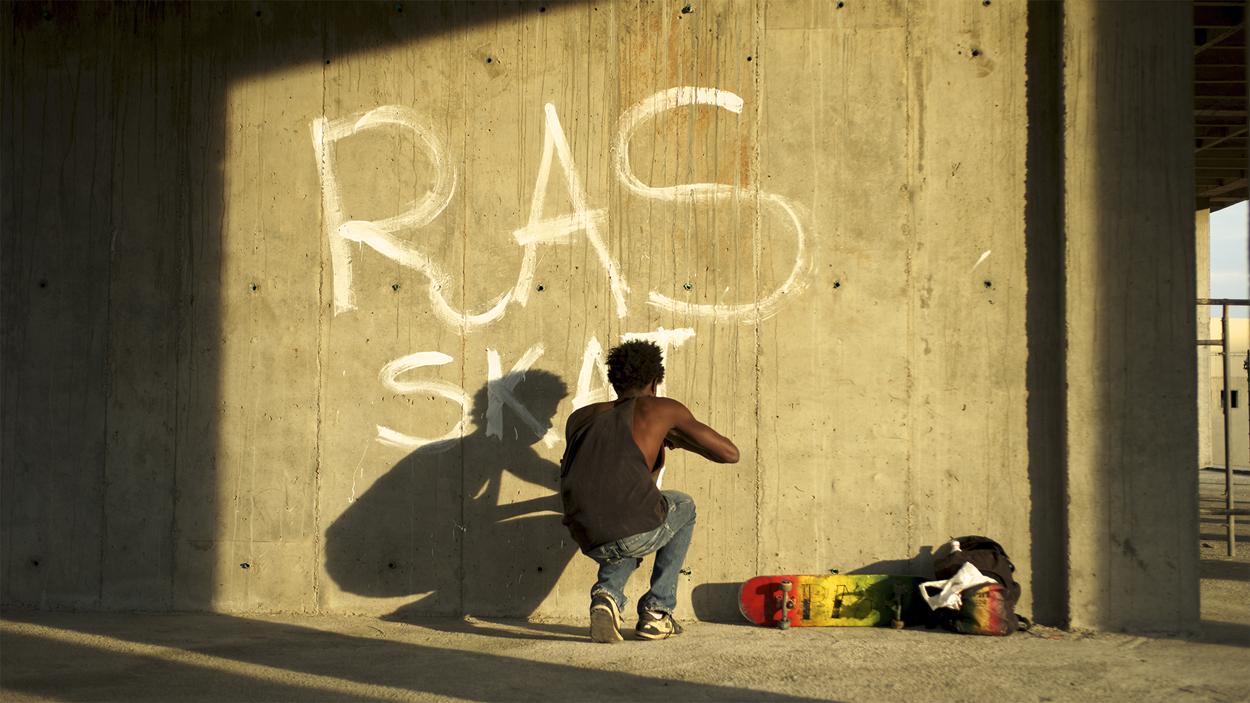 """La colombiana """"Los hongos"""" seduce en grado superlativo es porque la historia que cuenta de dos graffiteros en Cali se despliega en imprevisibles capas."""