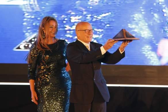 El alemán Volker Schlöndorff recibió su Pirámide de Oro Honorífica acompañado en el escenario por la voluptuosa actriz egipcia Laila Elwi.