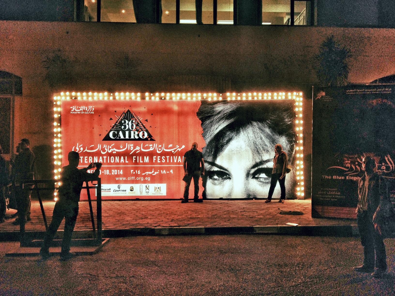 El lugar donde todos querían hacerse una foto en el festival estaba a la entrada del edificio de la Ópera del Cairo. / LUIS ROCA ARENCIBIA