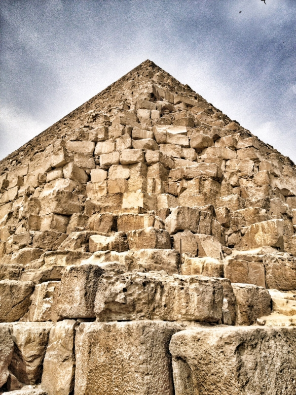 Imagen de la Gran Pirámide en el complejo histórico de Giza, a las afueras de El Cairo. / LUIS ROCA ARENCIBIA