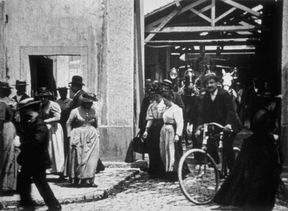 "Fotograma de ""Salida de la fábrica"", la primera película de la historia del cine. / INSTITUT LUMIÈRE"