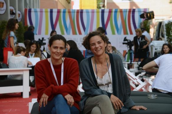 Cris Noda (izquierda) y Cayetana H. Cuyás, en la zona de invitados del festival de Málaga / LUIS ROCA ARENCIBIA