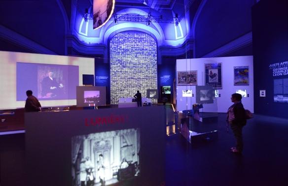 Vista de la zona de la exposición con las pantallas táctiles y el mosaico donde se muestran las 1.422 películas producidas por los hermanos Lumière. / LUIS ROCA ARENCIBIA