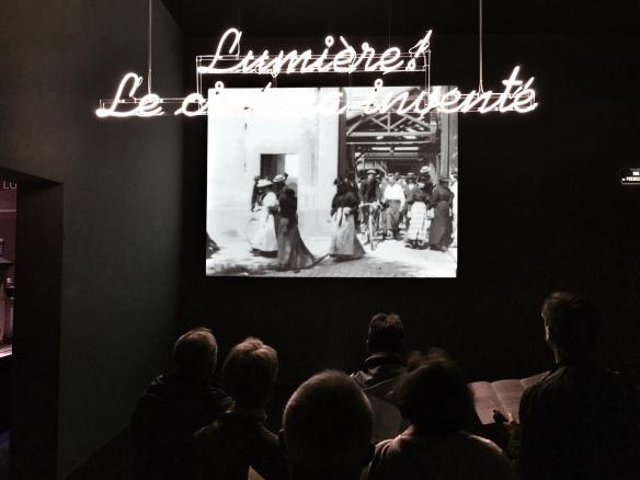 """La """"Salida de la fábrica"""" abre la exposición. / LUIS ROCA ARENCIBIA"""