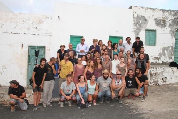 """Foto del rodaje del equipo de """"Evolution"""" en Tenasar (Tinajo). Lucile Hadzihalilovic, en el centro, con gafas y camisa de cuadros; Sebastián Álvarez, en la esquina superior derecha. / Volcano Films / OAC"""