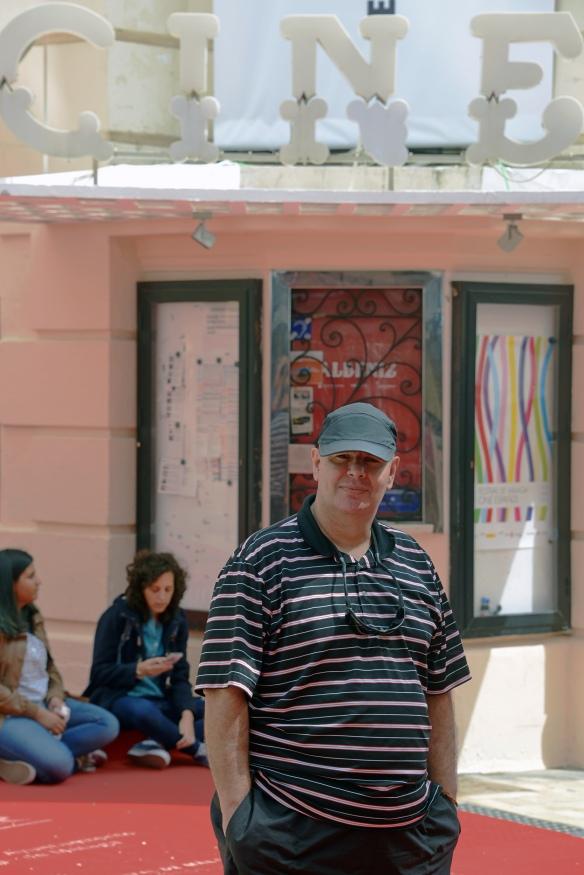 Hernández, delante del Cine Albéniz de Málaga / L.R.A.