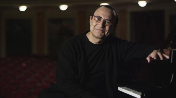 El dominicano Michel Camilo, durante el documental / SANTIAGO TORRES-INSULARIA CREACIONES