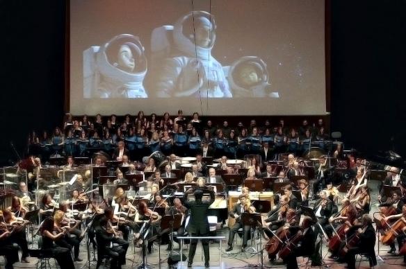 """Diego Navarro, de espaldas, dirigiendo el estreno mundial de la banda sonora de """"Atrapa la bandera"""", en el festival Fimucité, julio de 2015 / OAC"""