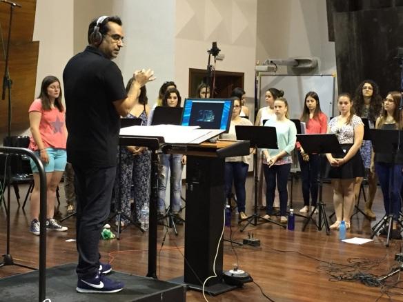 """Diego Navarro en una sesión de grabación de """"Atrapa la Bandera"""" con el Coro de Voces Blancas del Conservatorio Profesional de Música de Santa Cruz de Tenerife / OAC"""