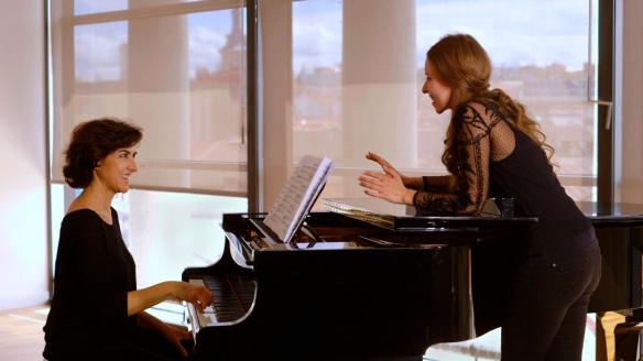 """Un momento del documental """"Una rosa para Soler"""", con Rosa Torres Pardo (i) y Rocío Márquez. / OAC"""