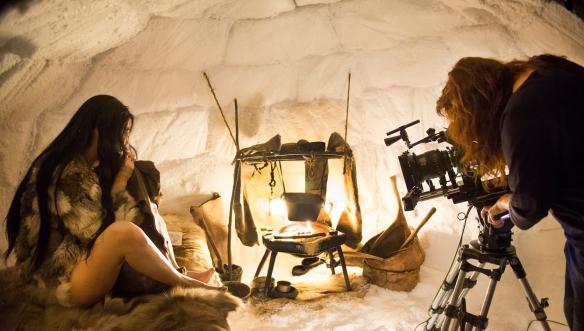 """Isabel Coixet (d) y Rinko Kikuchi en un momento del rodaje de """"Nadie quiere la noche"""" / LEANDRO BETANCOR"""