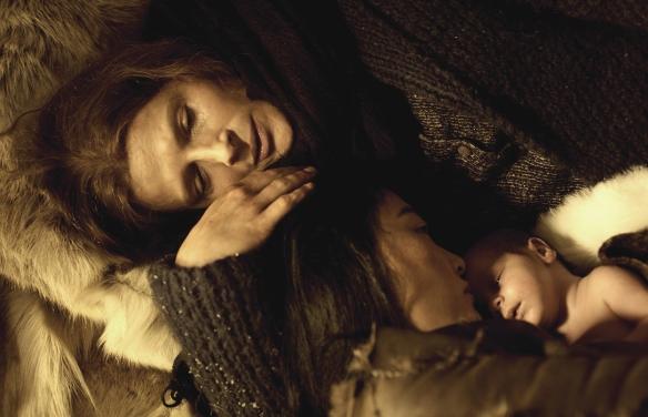 "Juliette Binoche y Rinko Kikuchi, en un momento de ""Nadie quiere la noche"" / LEANDRO BETANCOR"